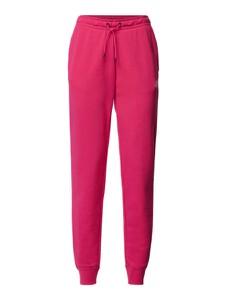 Różowe spodnie Nike z dresówki w sportowym stylu