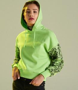 c5816a3f2bd23 Zielona bluza Cropp krótka w młodzieżowym stylu