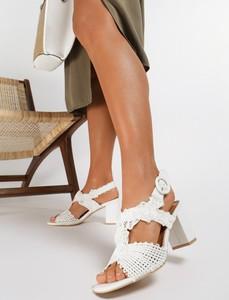Sandały Renee z klamrami na średnim obcasie na słupku