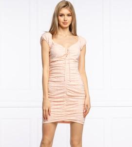 Różowa sukienka Guess w stylu casual mini bez rękawów