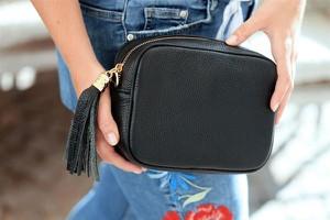 Czarna torebka producent niezdefiniowany ze skóry mała na ramię
