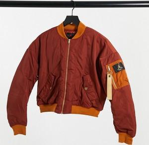 Czerwona kurtka Jordan w sportowym stylu krótka