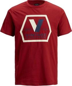 Czerwony t-shirt Jack & Jones z nadrukiem w młodzieżowym stylu