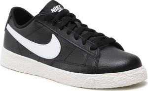 Trampki Nike sznurowane w sportowym stylu niskie