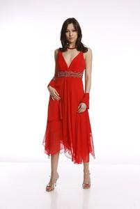 Czerwona sukienka Fokus asymetryczna z szyfonu w stylu glamour