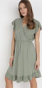 Sukienka born2be kopertowa z krótkim rękawem z dekoltem w kształcie litery v