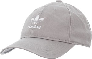 Czapka Adidas w młodzieżowym stylu