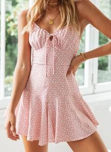 Różowa sukienka Cikelly na ramiączkach z dekoltem w kształcie litery v