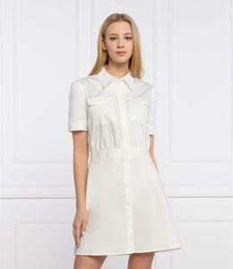 Sukienka Guess w stylu casual z kołnierzykiem z krótkim rękawem