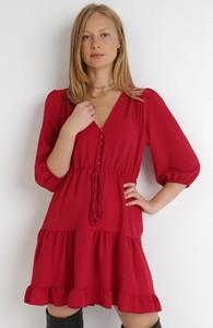 Czerwona sukienka born2be z dekoltem w kształcie litery v z długim rękawem z tkaniny