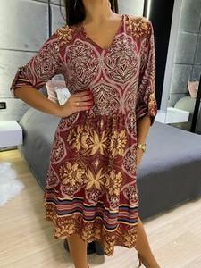 Sukienka ModnaKiecka.pl z długim rękawem z dekoltem w kształcie litery v midi