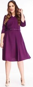 Fioletowa sukienka omnido.pl z długim rękawem dla puszystych