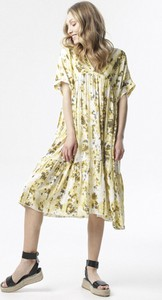 Żółta sukienka born2be z okrągłym dekoltem midi