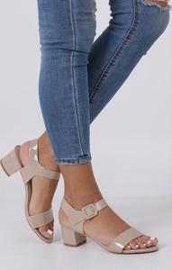 Sandały Casu z klamrami w stylu glamour na niskim obcasie