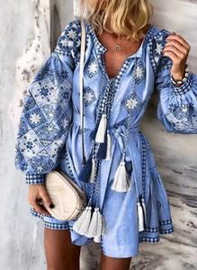 Niebieska sukienka Sandbella z dekoltem w kształcie litery v z długim rękawem w stylu boho