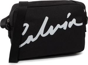 Czarna torebka Calvin Klein w młodzieżowym stylu przez ramię mała