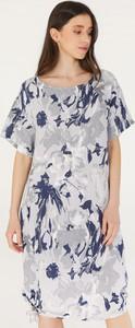 Sukienka Unisono z okrągłym dekoltem z krótkim rękawem w stylu casual