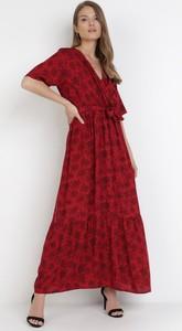 Czerwona sukienka born2be z dekoltem w kształcie litery v maxi trapezowa