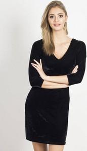 Czarna sukienka Ivon z weluru dopasowana w stylu casual
