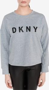 Bluza DKNY krótka w młodzieżowym stylu z bawełny