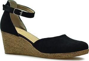 Czarne sandały Amart w stylu klasycznym na koturnie z klamrami