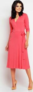 Różowa sukienka Awama midi rozkloszowana z długim rękawem