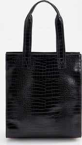 Czarna torebka Reserved duża ze skóry z tłoczeniem