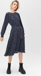 Granatowa sukienka FEMESTAGE Eva Minge z długim rękawem midi