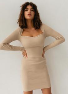 Sukienka Marsala prosta w stylu casual z długim rękawem
