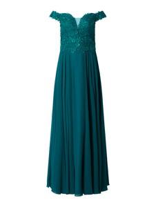 Zielona sukienka Luxuar Fashion z szyfonu z odkrytymi ramionami z dekoltem w kształcie litery v