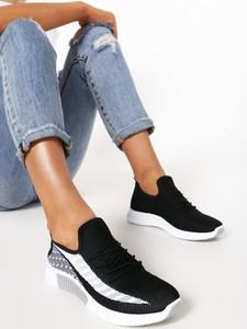 Czarne buty sportowe born2be z płaską podeszwą sznurowane