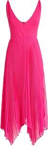 Różowa sukienka Guess na ramiączkach z dekoltem w kształcie litery v