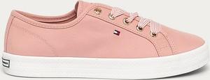 Różowe buty sportowe Tommy Hilfiger sznurowane z płaską podeszwą