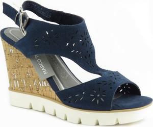 Granatowe sandały Marco Tozzi z klamrami na koturnie na średnim obcasie
