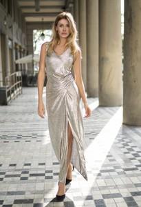 Złota sukienka Marconi z dekoltem w kształcie litery v