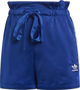 Szorty Adidas Originals w sportowym stylu z satyny