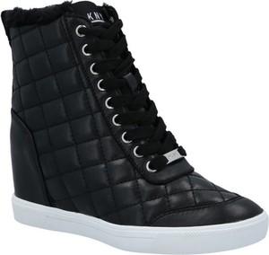 Czarne buty sportowe DKNY w młodzieżowym stylu na koturnie