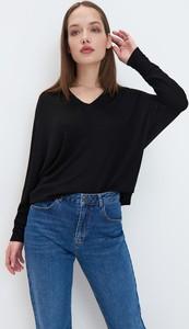 Czarna bluzka Mohito w stylu casual z długim rękawem z dekoltem w kształcie litery v