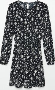 Czarna sukienka Cropp w stylu casual trapezowa z okrągłym dekoltem