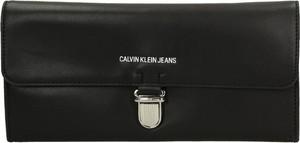 Czarna torebka Calvin Klein ze skóry ekologicznej do ręki mała
