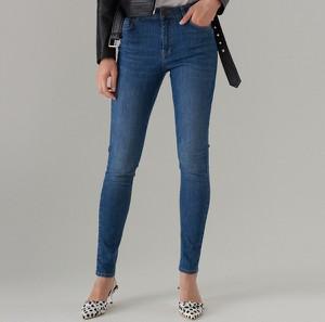 Niebieskie jeansy Mohito w młodzieżowym stylu