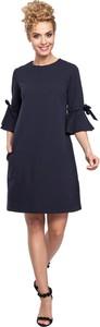 Niebieska sukienka MOE z okrągłym dekoltem