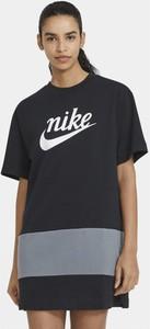 Czarna sukienka Nike z krótkim rękawem