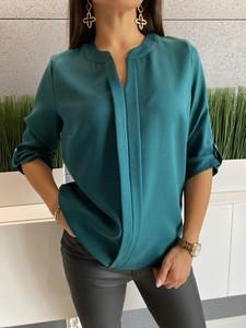Zielona bluzka ModnaKiecka.pl z dekoltem w kształcie litery v w stylu casual