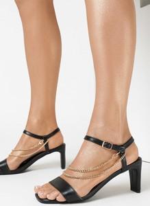 Czarne sandały born2be ze skóry na średnim obcasie