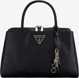 Czarna torebka Guess do ręki średnia z bawełny