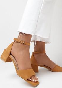 Brązowe sandały born2be ze skóry z klamrami
