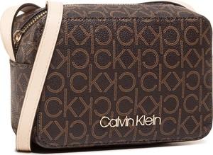 Brązowa torebka Calvin Klein na ramię z nadrukiem średnia