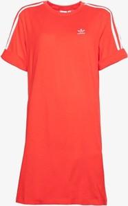 Czerwona sukienka Adidas w sportowym stylu z okrągłym dekoltem z krótkim rękawem