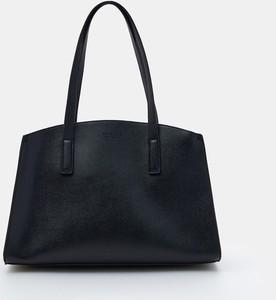 Czarna torebka Mohito na ramię duża